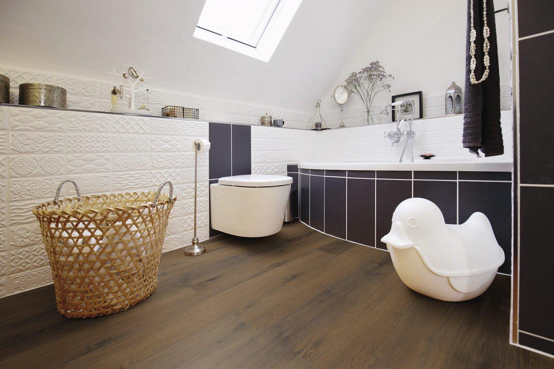 Panele podłogowe ciemny dąb w łazience