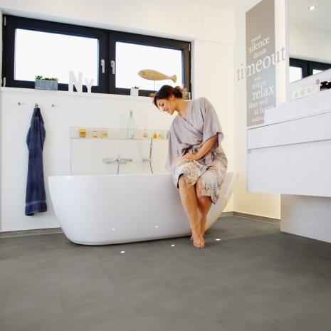 wineo Designboden Steinoptik Feuchtraum Grau Badzimmer mit Badewanne