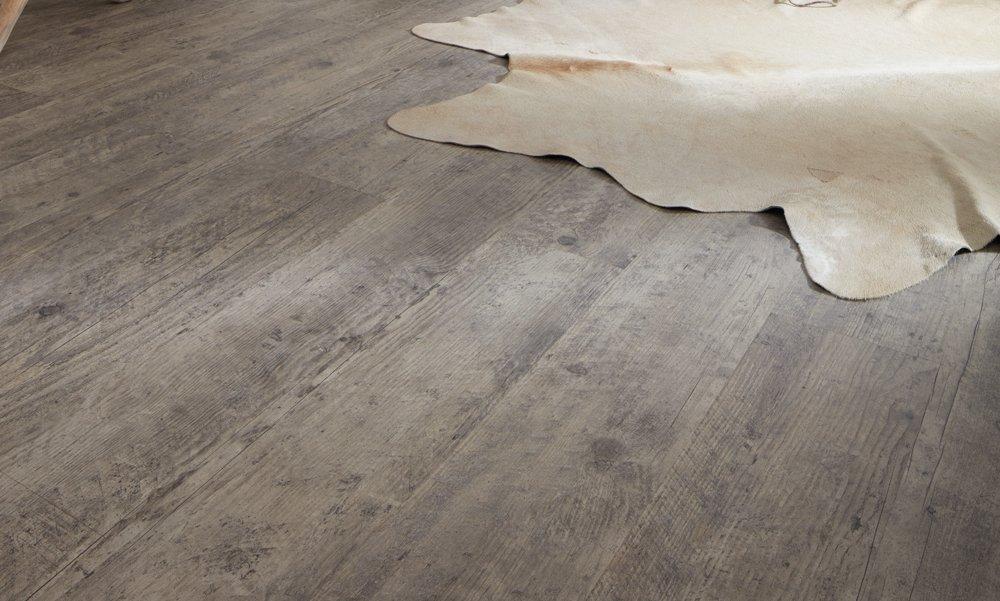 wineo Laminatboden Eiche grau im Wohnzimmer mit Teppich