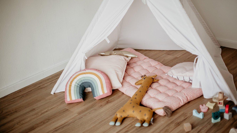 Kinderzimmer Spielzelt elastischer bodenbelag Holzoptik Eiche Fussboden