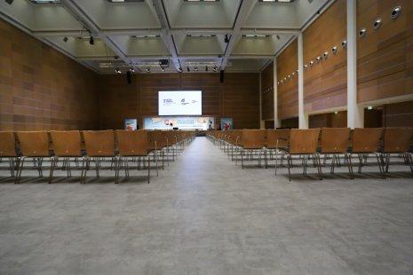 wineo PURLINE Bioboden Referenz Konferenzsaal Betonoptik