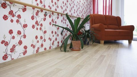 wineo PURLINE Bioboden Holzoptik Sofa