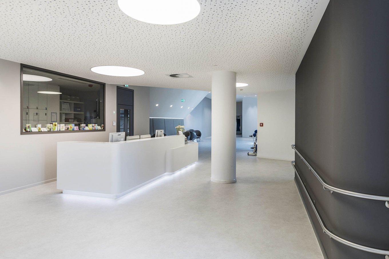 wineo Purline Bioboden Rollenware weiß Empfang Foyer modern hell Klinikum