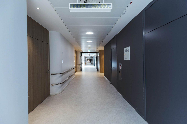 wineo Purline Bioboden Rollenware weiß Korridor modern hell barrierefrei Holzwand Klinikum