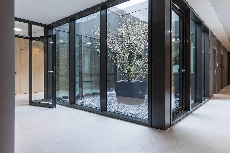 wineo Purline Bioboden Rollenware weiß Korridor Fensterwand modern hell Klinikum