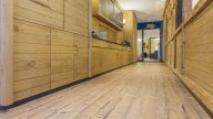 wineo Purline Bioboden Holzoptik Hotel Holzwand Westernstyle rustikal Flur
