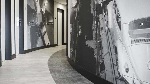 wineo Purline Bioboden schwarz weiß modern Flur Hotel Wandgstaltung