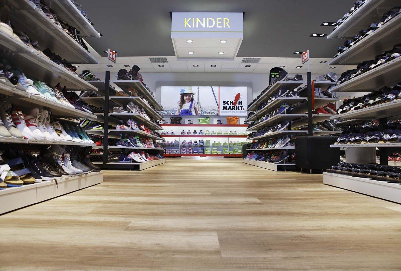wineo Bodenbelag hell Holzoptik Schuhgeschäft Kinderschuhe Regal