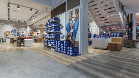 wineo Purline Bioboden grau Akzente Schuhe Warenpräsentation Sportgeschäft
