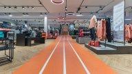 wineo Purline Bioboden Rennbahn Bahnware orange Treppe Sportgeschäft