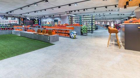 wineo Purline Bioboden Bahnware grün grau modern Sportgeschäft