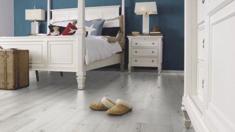 Panele podłogowe w dekorze dąb rustykalny do sypialni